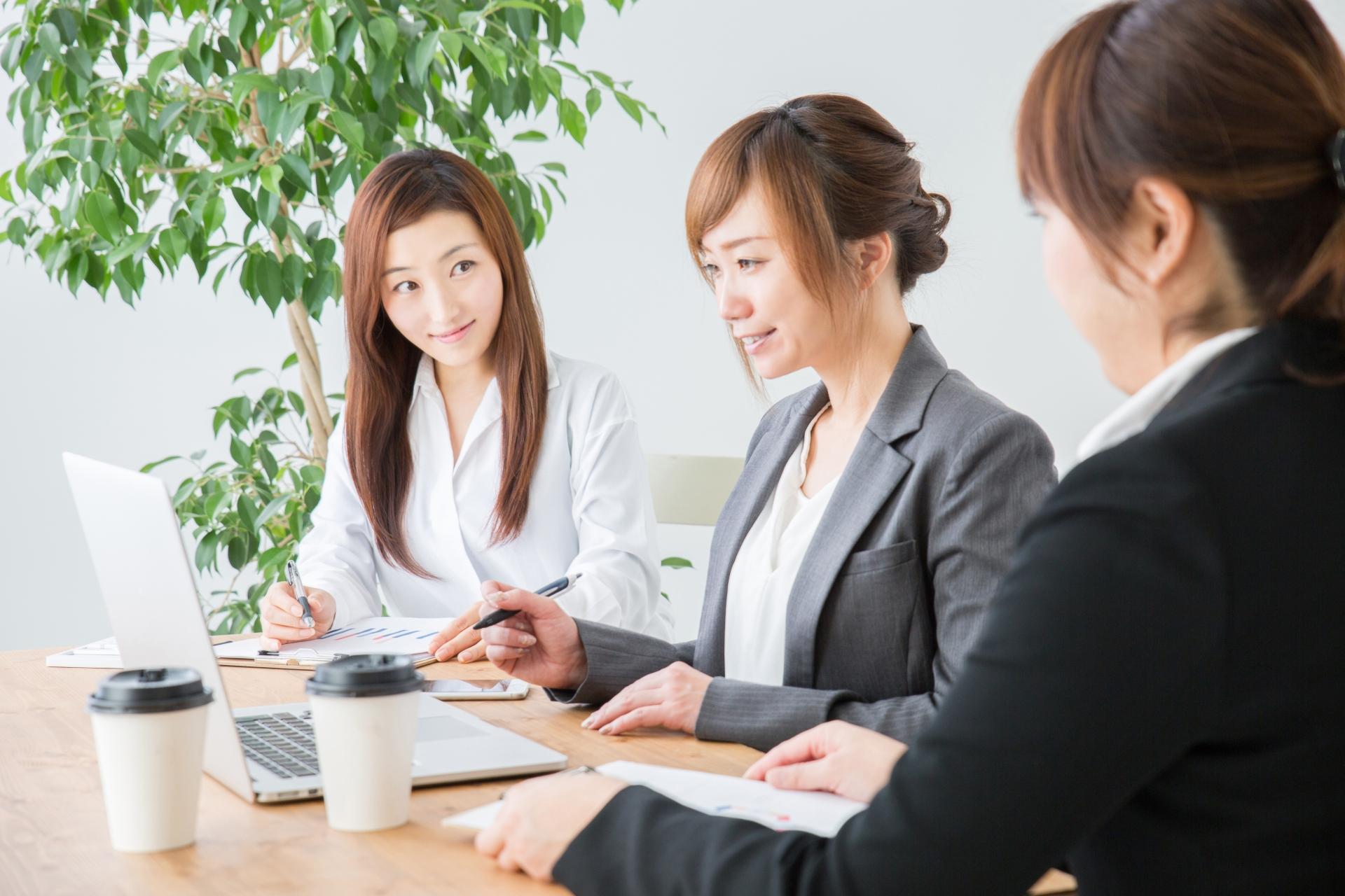 オンライン商談ツールを使う女性